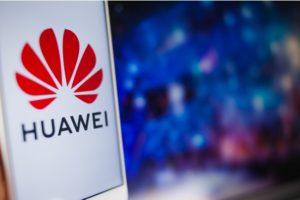 närbild huawei mobiltelefon med en blurrig blå bakgrund