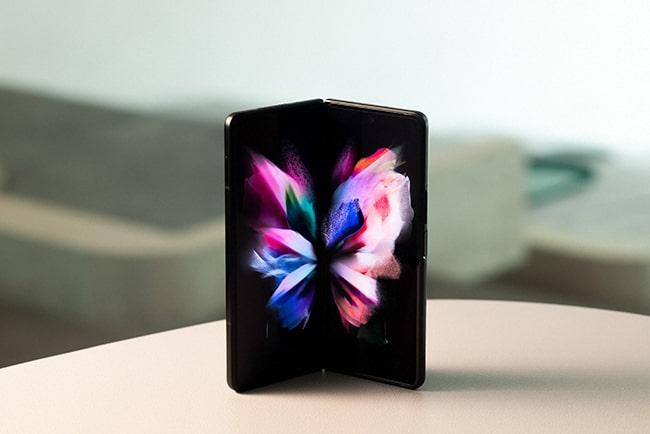 Samsung Galaxy Z Fold 3 5G som står uppvikt på ett bord.