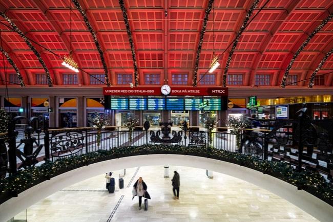 Inne på Stockholm centralstation som är nästen helt tomt på folk, bara tre personer syns.