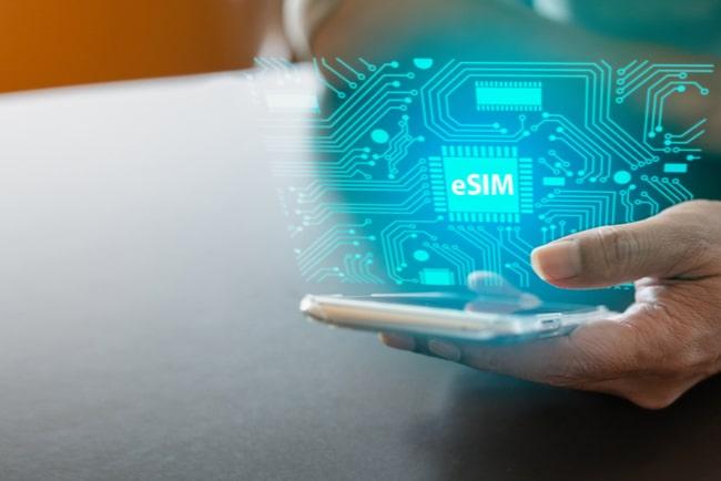 hand håller mobil med e-sim-illustration