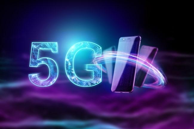 Illustration 5G och tre mobiler som svävar på en lila bakgrund.