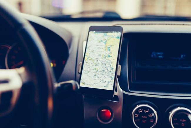 Mobiltelefon som används som navigator i bilen.