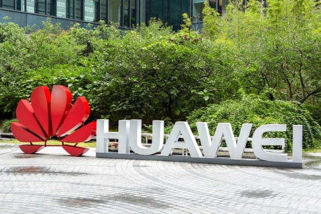 Huaweis logga stående på marken
