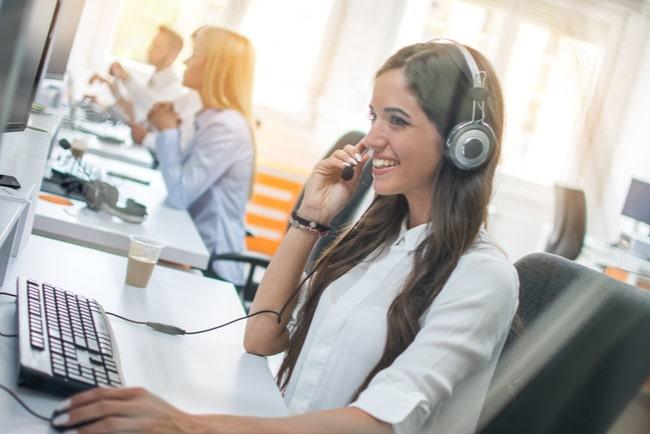 Kvinna pratar i telefon i en kundtjänst