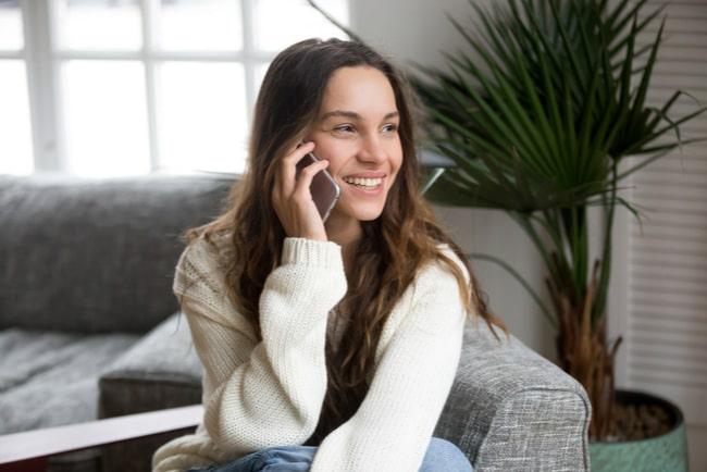 Kvinna pratar i en mobiltelefon