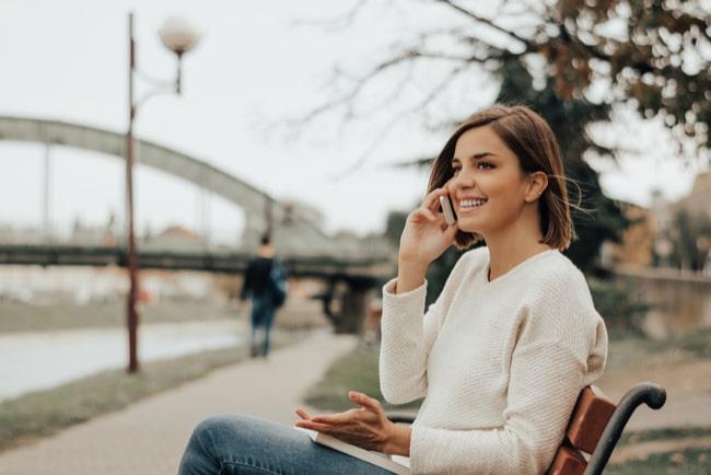 Priserna på mobilabonnemang fortsätter att gå ned