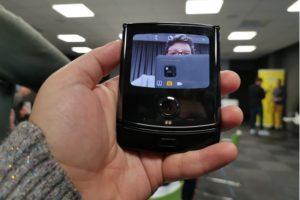 Kvinna håller i en Motorola razr mmobiltelefon