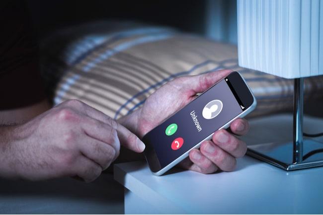 person vaknar mitt i natten av att ett okänt nummer ringer