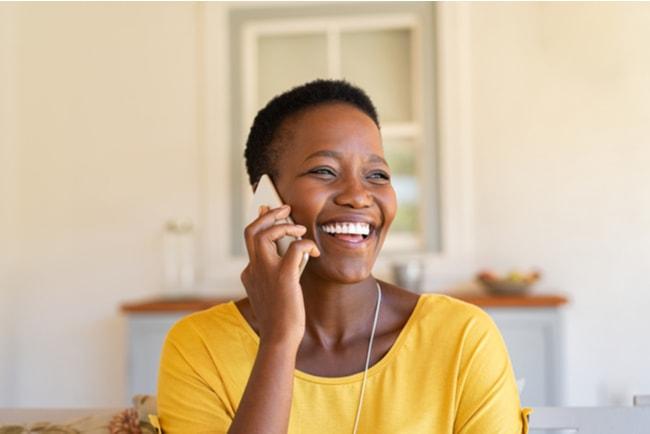 glad kvinna pratar i mobilen