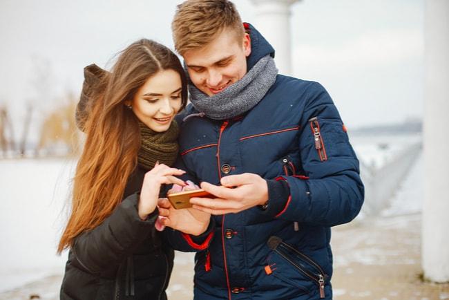Par surfar tillsammans på en mobiltelefon