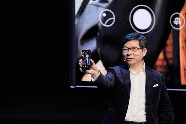Richard Yu från Huawei håller upp en Huawei-mobiltelefon