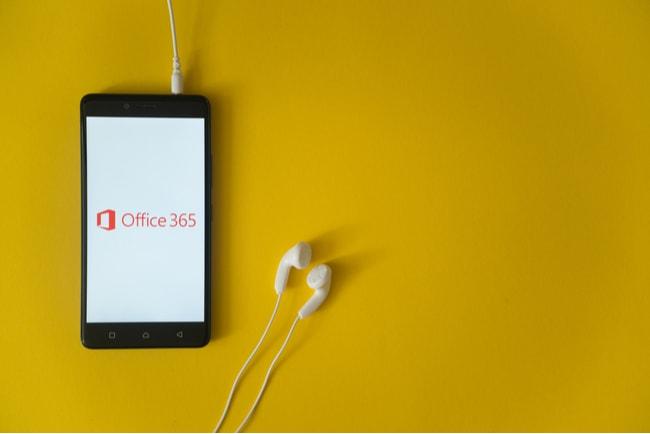 mobil med office 365 på skärmen mot gul bakgrund