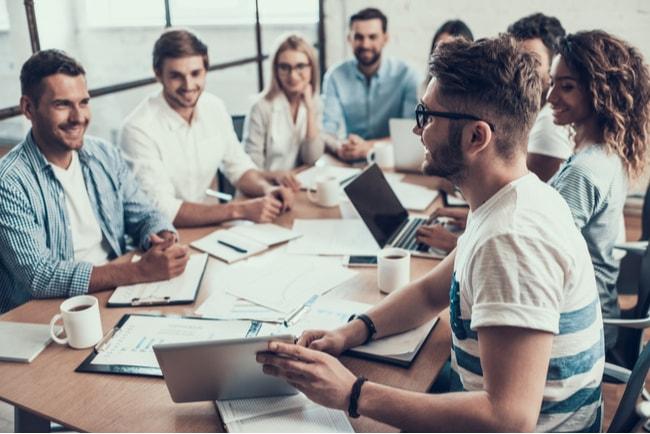 kollegor som träffas på möte